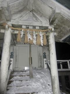 山頂の祠に積もった雪