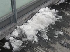 博多シティ屋上に残った雪塊