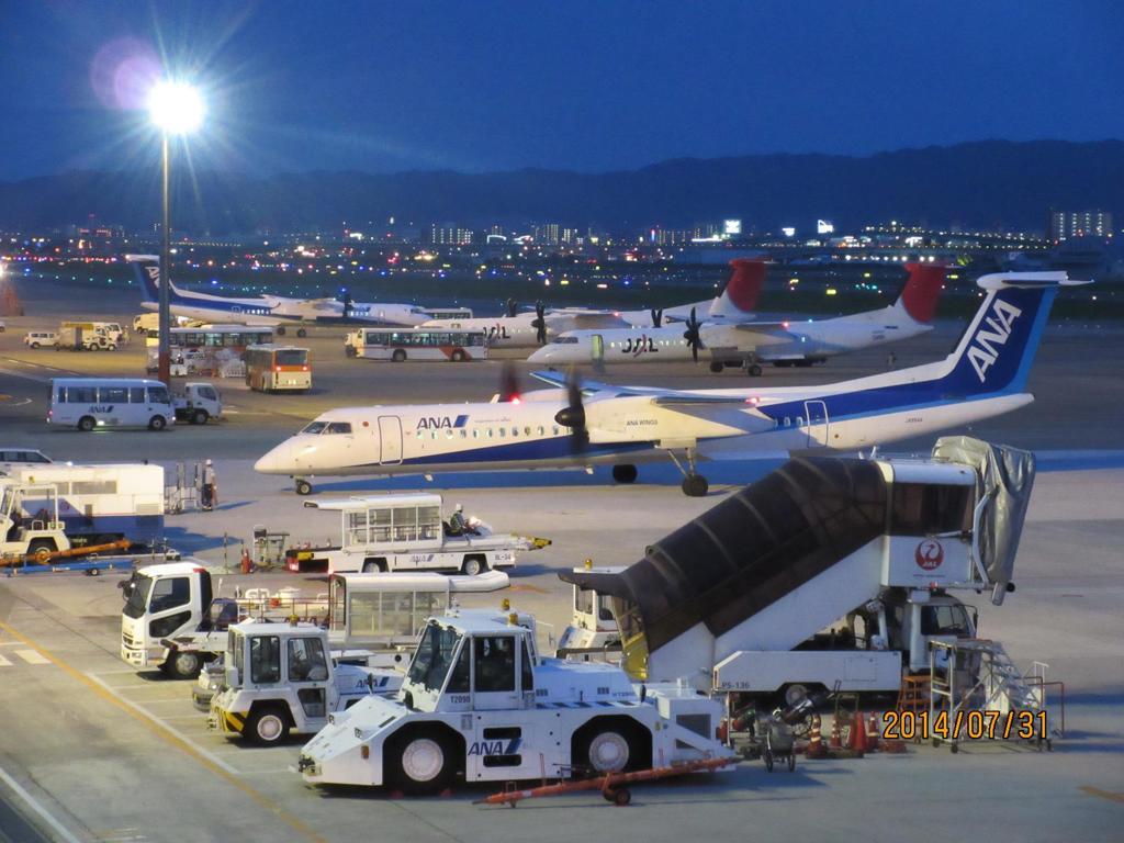 プロペラ機がたくさん並ぶ夜の福岡空港