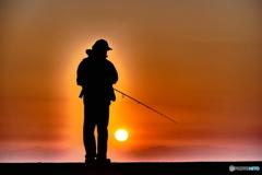 朝日を浴びつつ釣りをする