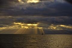 琵琶湖に降る光芒