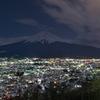 雪化粧街並みと富士