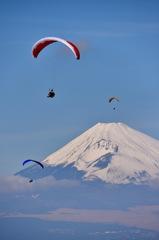 富士を背に青空を舞う