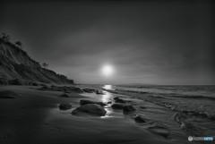 いつもの浜辺(モノクロで表現)