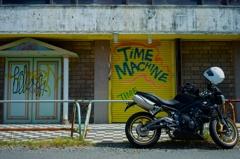 TIME MACHINE バイクと古びたタイムマシン
