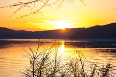 オレンジ色の湖面