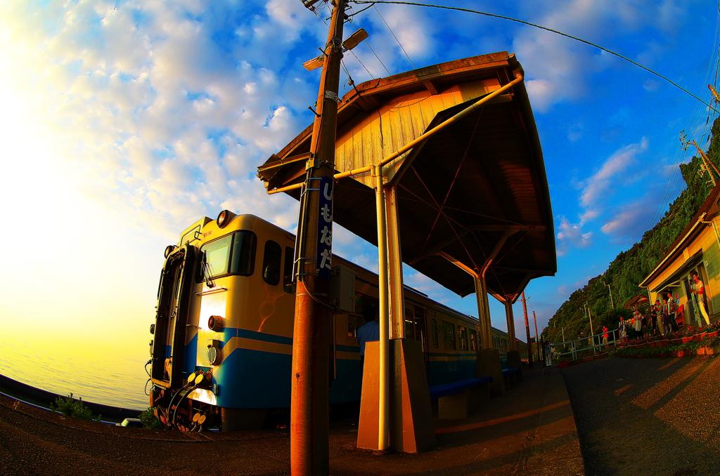 下灘駅に停車する電車