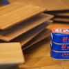 木の食器とオイルサーディン