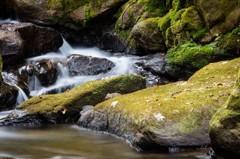 水の流れは岩を磨く