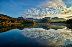 秋の雲と湖