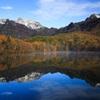 冠雪の戸隠の山と鏡池の紅葉