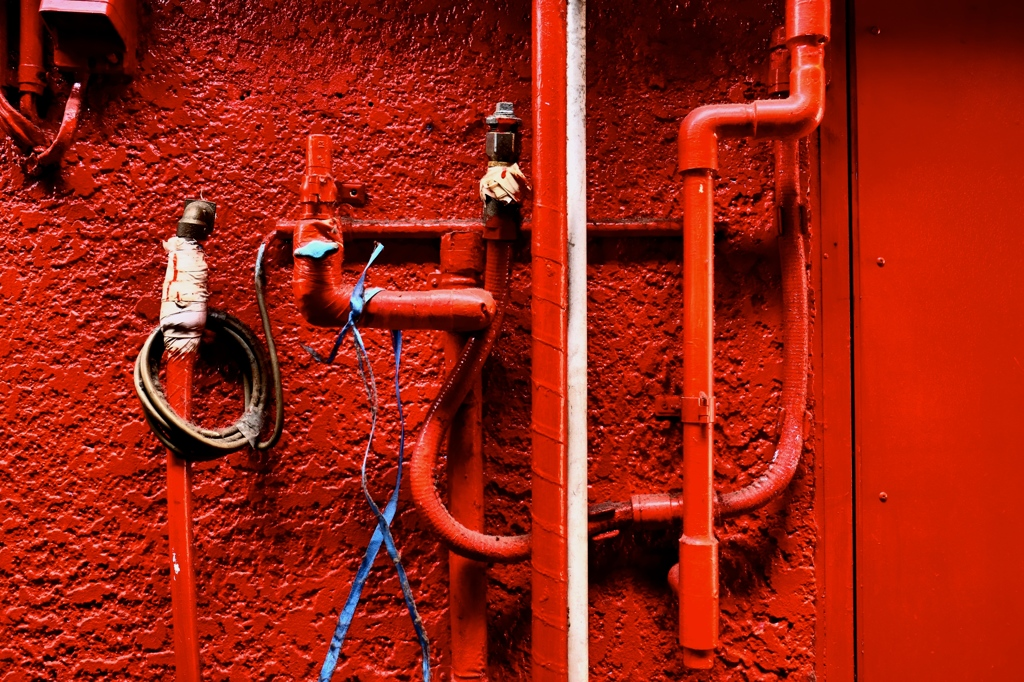 赤い壁と赤い配管