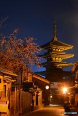 八坂の塔に枝垂れ桜を添えて