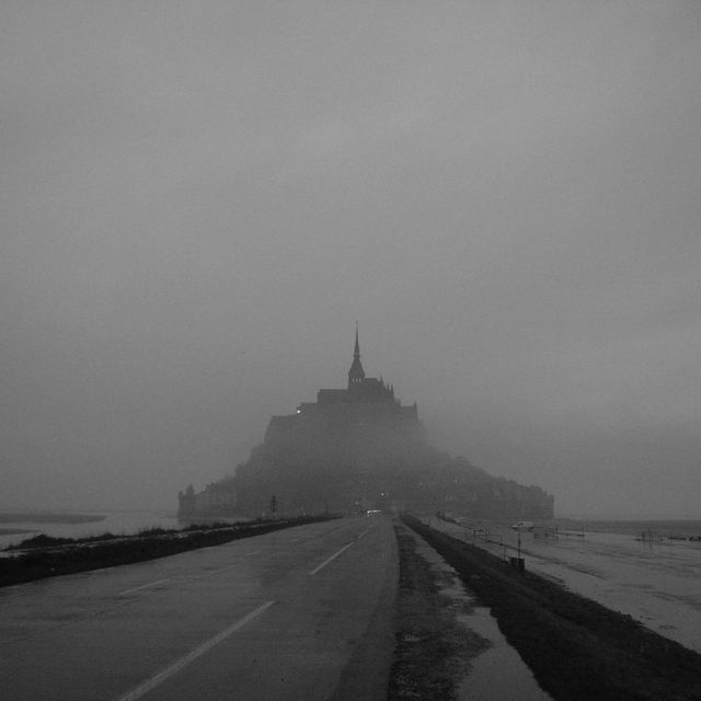 朝靄のモンサンミッシェル