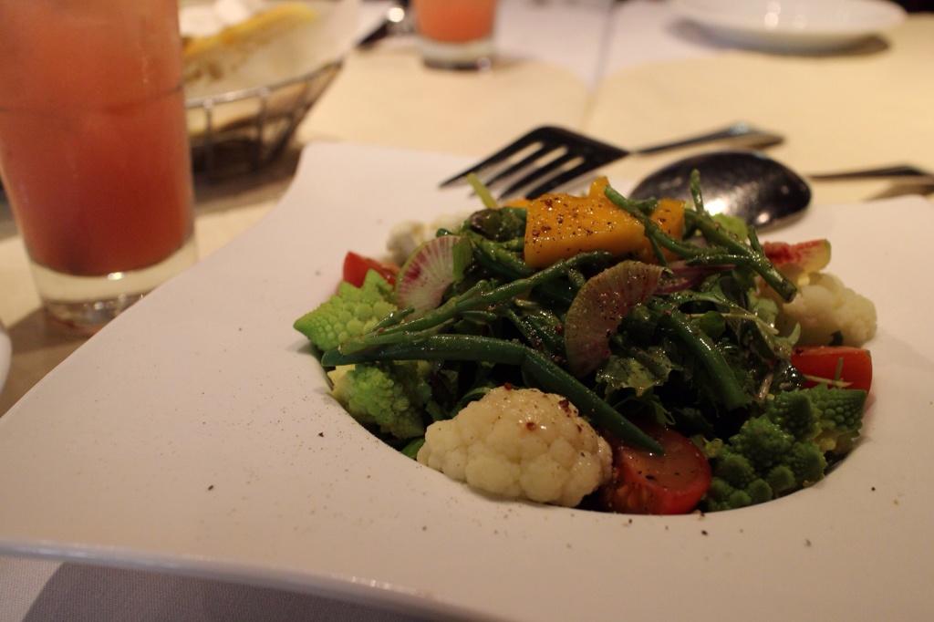 野菜いっぱいのサラダ