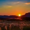 秋の夕陽に照る赤色草原
