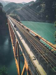 鉄橋を渡る人