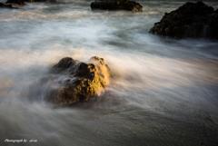 岩と波と暮れゆく時間