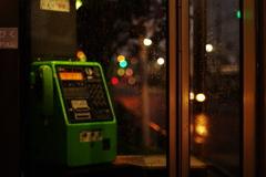 雨と電話ボックス