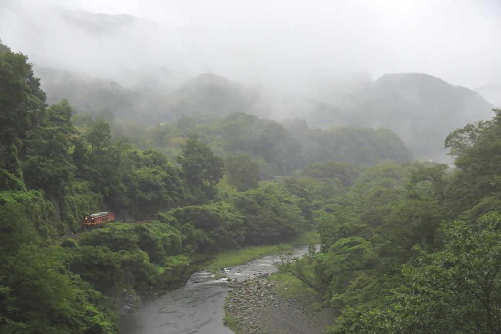 梅雨空渓谷鐵道