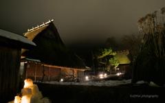 萱葺屋根と雪灯廊