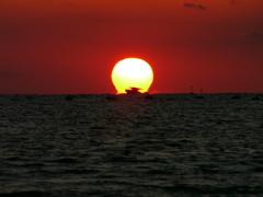 だるま夕日に漁船 播磨灘