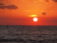 頭が光る夕日 播磨灘
