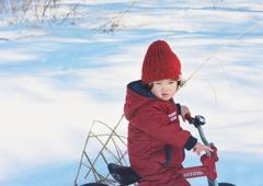 雪の上の自転車乗り