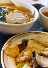 エビと牛肉とシイタケとイカの炒め物とラーメン