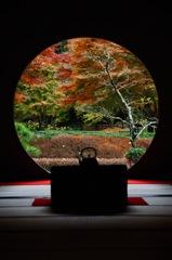 秋彩の円窓…1