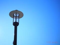 オリンパスブルーと街灯 Valentine's OM-D day〜50mm