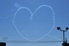 13:46青空にハート!大きな愛〜ブルーインパルスの〜heart of love