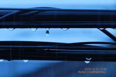 17:44RainDrop夕方も大雨落ちる雫達黒光り濡れ電線〜絞り優先/WB電球