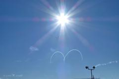 13:45太陽の下、ブルーインパルス3機とm, 描き始めた〜マクドナルドのm?