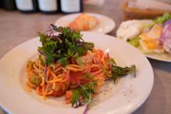 西京味噌チキンとロマネスコのジンジャートマトソースパスタ