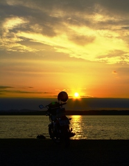 旅の途中、夕日とバイク
