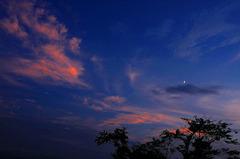 夕焼け雲と三日月