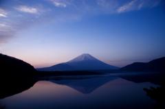夜明け前の逆さ富士