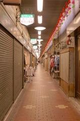 前衛的商店街の末