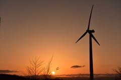 風力発電と夕陽