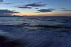 押し寄せる波と夕暮れ