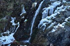 小さな滝~粉雪舞う~