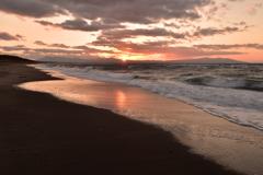 夕陽の光芒と引き潮