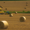 麦稈ロールとトラクター。