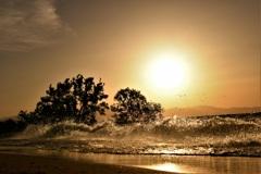 荒れる湖の夕照