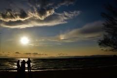 見守る夕陽と彩雲