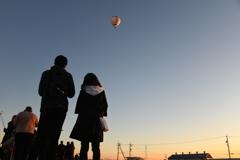 見上げる空に熱気球