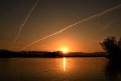 日の出と飛行機雲