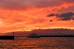 夕焼けの観光船