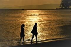浜辺の母娘